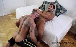 Gay tatuado tomando coça de pica na bundinha gostosa